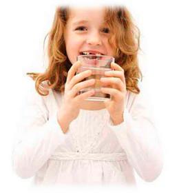 Fille au verre d'eau